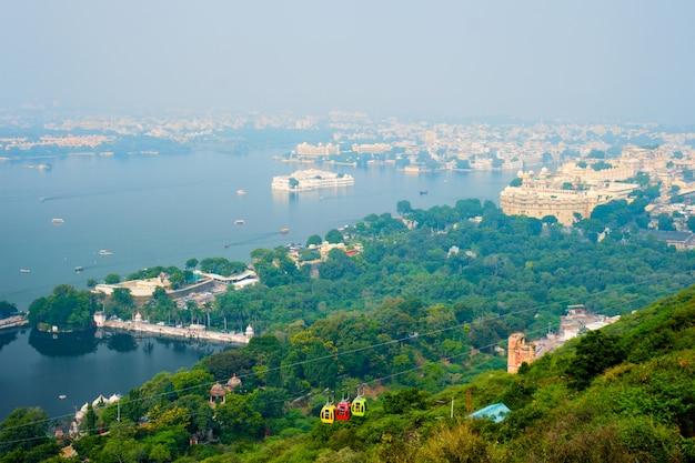 Vista aérea del lago pichola con el lago palace jag niwas y la ciudad de udaipur. udaipur, rajasthan, india