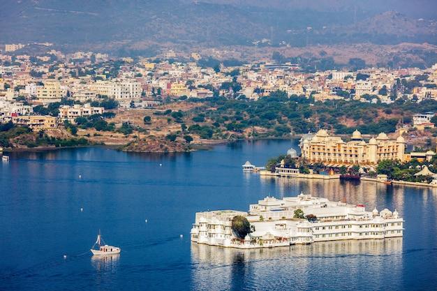 Vista aérea del lago pichola con el palacio jag niwas