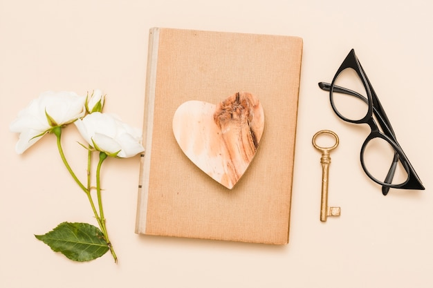 Vista aérea de libro y flores