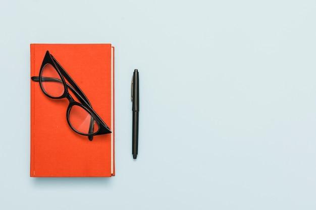 Vista aérea de libro y gafas
