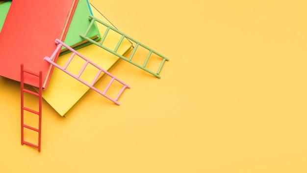 Vista aérea de libros y escaleras