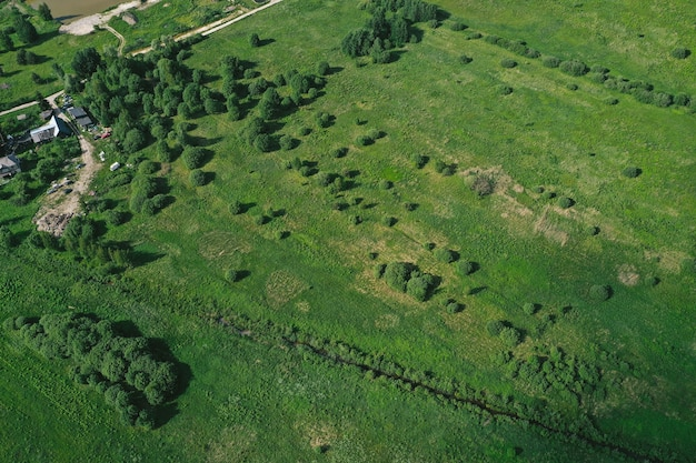 Vista aérea de llanuras y campos.