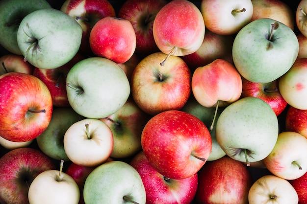 Vista aérea de manzanas verdes y rojas.