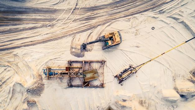 Vista aérea de maquinaria y equipos mineros.
