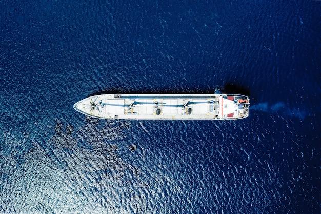 Vista aérea de un mar azul y un barco.