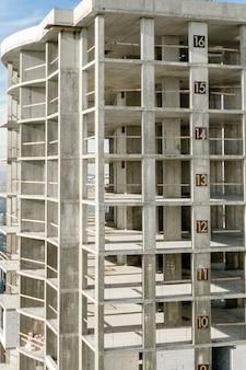 Vista aérea del marco de hormigón del alto edificio de apartamentos en construcción en una ciudad