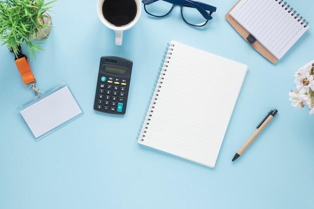 Una vista aérea de material de oficina en escritorio azul