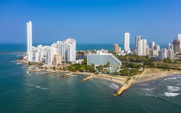 Vista aérea del moderno skyline y complejo hotelero de lujo de cartagena de indias en colombia en la costa caribeña de américa del sur