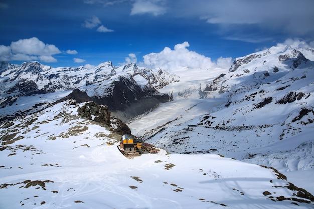 Vista aérea de la montaña nevada matterhorn con ski house, zermatt, suiza
