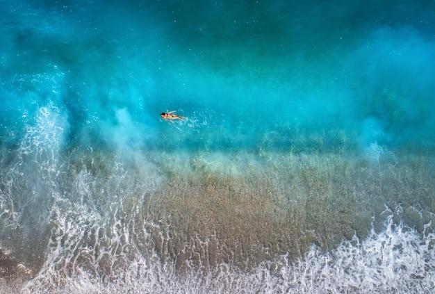 Vista aérea de mujer nadando en el mar mediterráneo