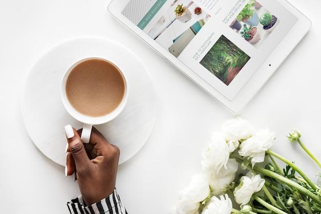 Vista aérea de la mujer negra bebe café