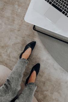 Vista aérea de la mujer que trabaja en su oficina