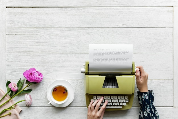 Vista aérea de una mujer usando una máquina de escribir retro