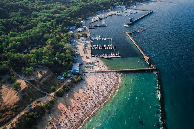 Vista aérea de multitud de personas en la playa