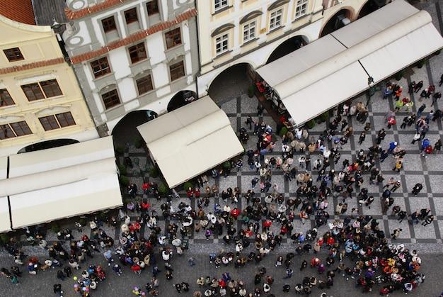 Vista aérea de multitud de personas en praga