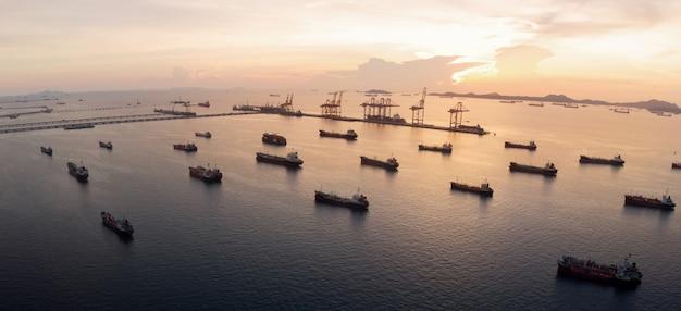 Vista aérea de la nave de gas alrededor del puerto terminal internacional de la nave.
