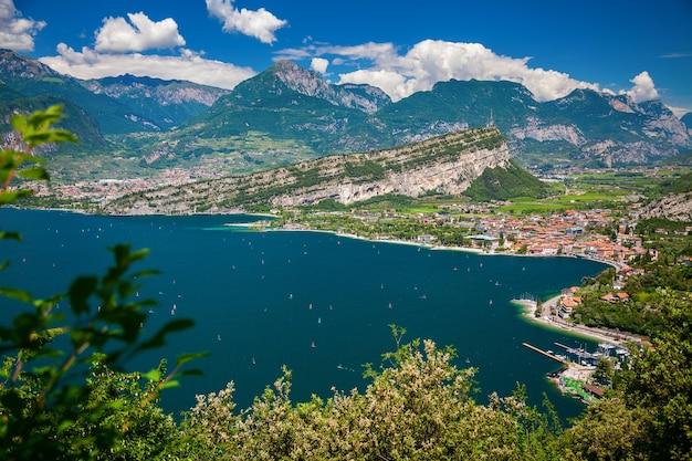 Vista aérea del norte del lago de garda con nago-torbole y riva del garda, italia