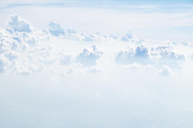 Vista aérea de la nube y el cielo desde el avión, concepto de viaje