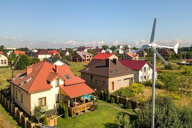 Vista aérea de una nueva casa autónoma con paneles solares, radiadores de calentamiento de agua en el techo