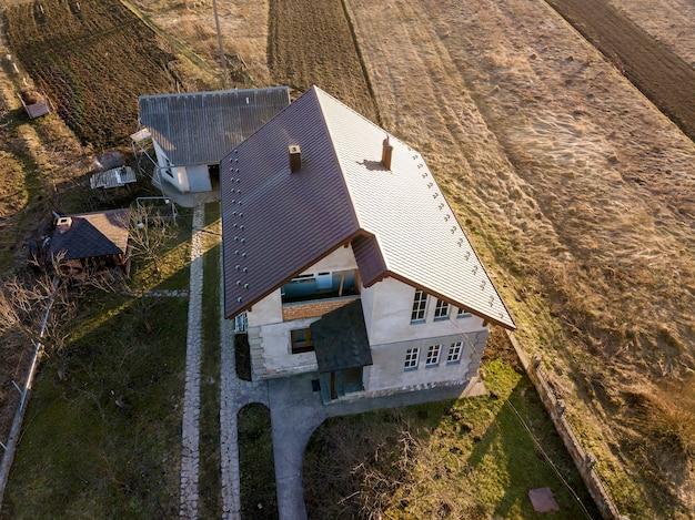Vista aérea de la nueva casa de campo residencial con techo de tejas.