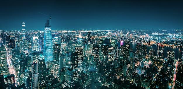 Vista aérea de nueva york manhattan en la noche