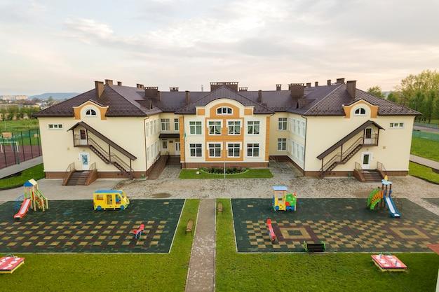 Vista aérea del nuevo edificio preescolar en zona rural residencial.