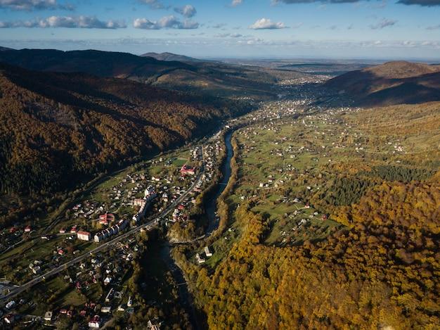 Vista aérea de otoño superior de la aldea de los cárpatos en un día soleado