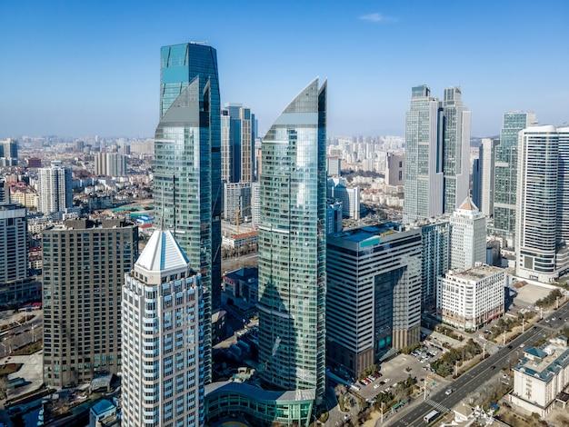 Vista aérea del paisaje arquitectónico de la costa de la ciudad moderna de qingdao, china