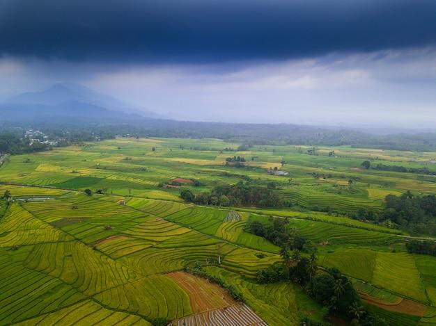 Vista aérea del paisaje de belleza de asia en la mañana indonesia