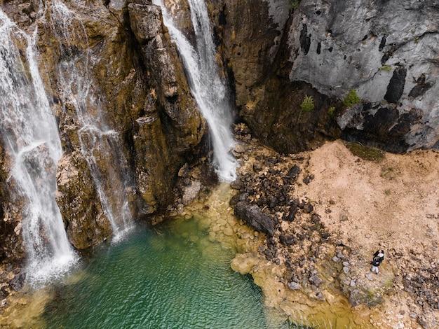 Vista aérea del paisaje de cascada.