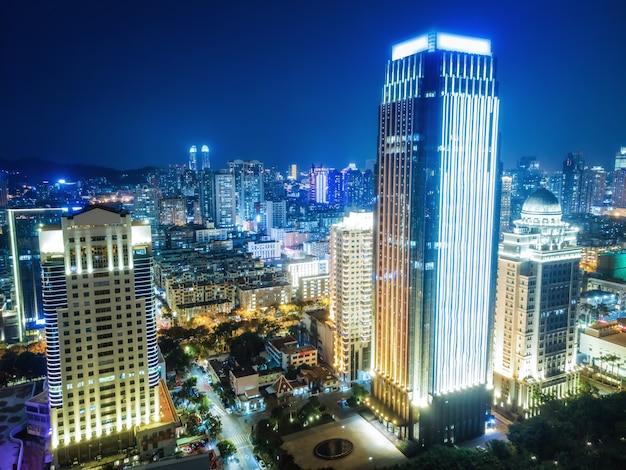 Vista aérea del paisaje de la ciudad moderna vista nocturna de xiamen, china