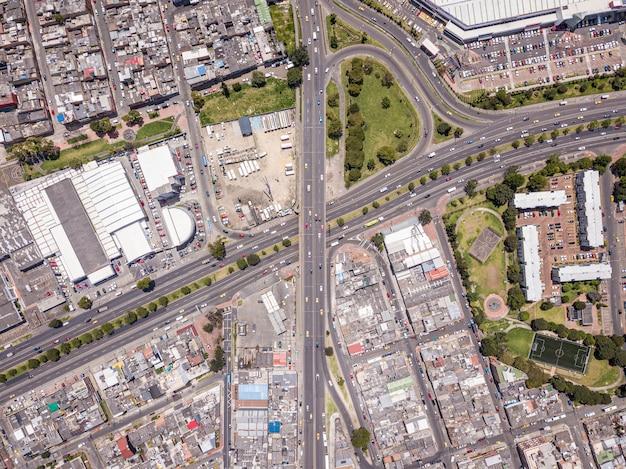 Vista aérea de un paisaje de una ciudad con muchas carreteras, edificios y transporte.
