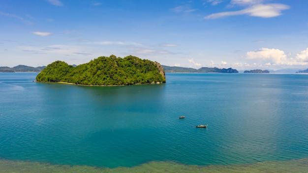 Vista aérea del paisaje islas del mar y turistas en barco kra bi tailandia