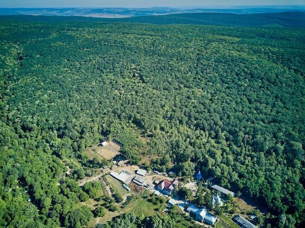 Vista aérea del paisaje con lago sobre el monasterio de thiganesty, república de moldavia.