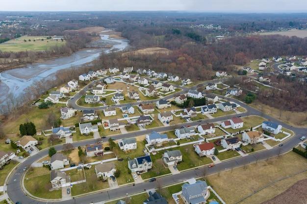 Vista aérea del paisaje urbano a principios de la primavera de una pequeña zona para dormir techos de las casas en el campo