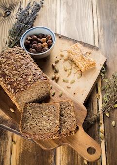 Una vista aérea de pan orgánico y barra de energía en la tabla de cortar