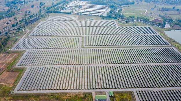 Vista aérea de paneles solares de cámara de drones en tailandia