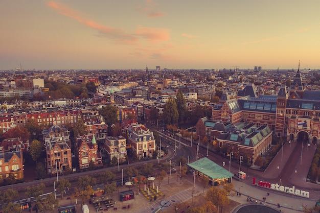 Vista aérea panorámica de amsterdam, países bajos. vista aérea de la plaza de los museos de amsterdam en otoño.