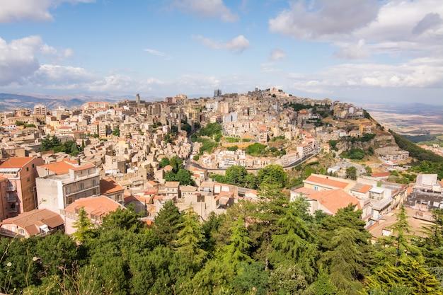 Vista aérea panorámica del casco antiguo de enna, sicilia, italia. mi