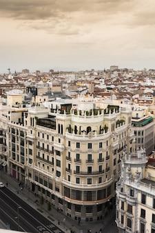 Vista aérea panorámica de la gran vía, madrid, capital de españa, europa