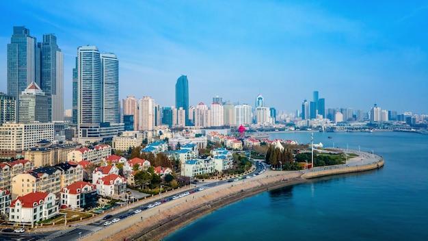 Una vista aérea panorámica del paisaje arquitectónico y el horizonte de la bahía de qingdao fushan