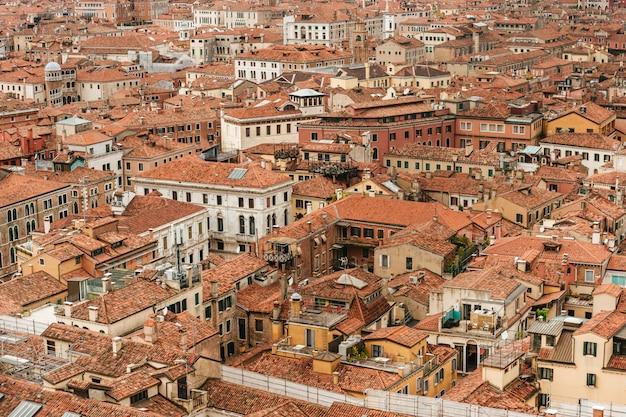 Vista aérea panorámica en los tejados de venecia, italia.