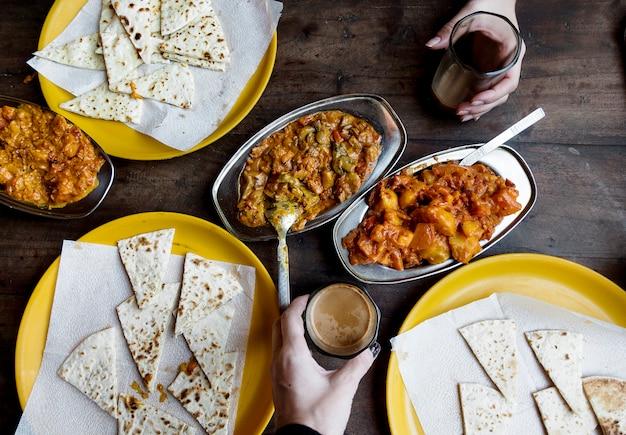 Vista aérea de pareja disfrutando de la cocina de rajasthani