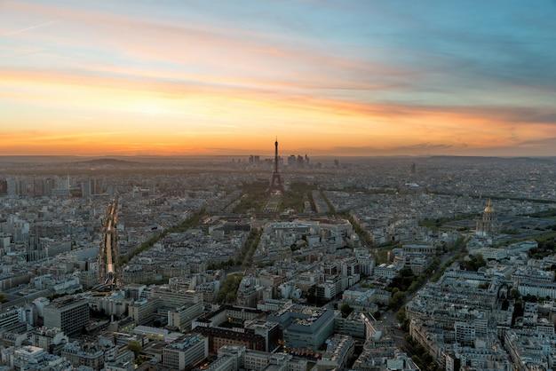 Vista aérea de parís y de la torre eiffel en la puesta del sol en parís, francia.