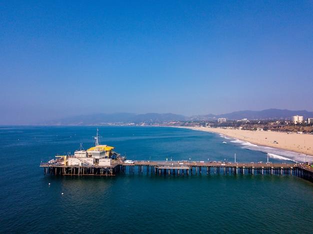Vista aérea del parque de atracciones de santa mónica con montaña rusa en los ángeles, california