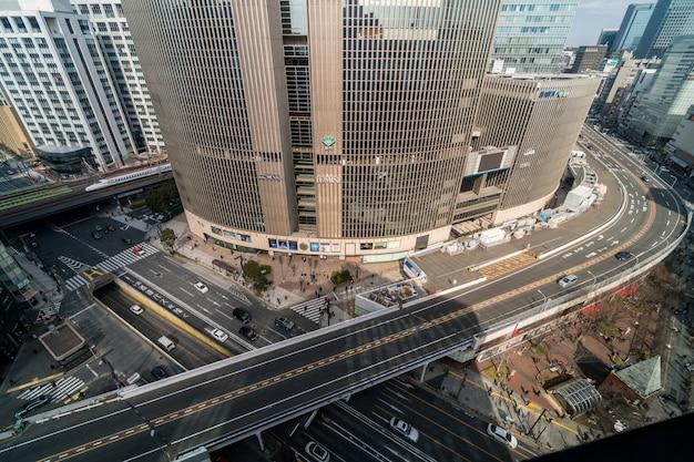 Vista aérea del paso elevado con intersección de autos y cruces peatonales en el tráfico de ginza