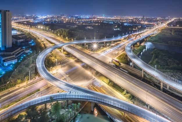 Vista aérea del paso elevado de shangai en la noche