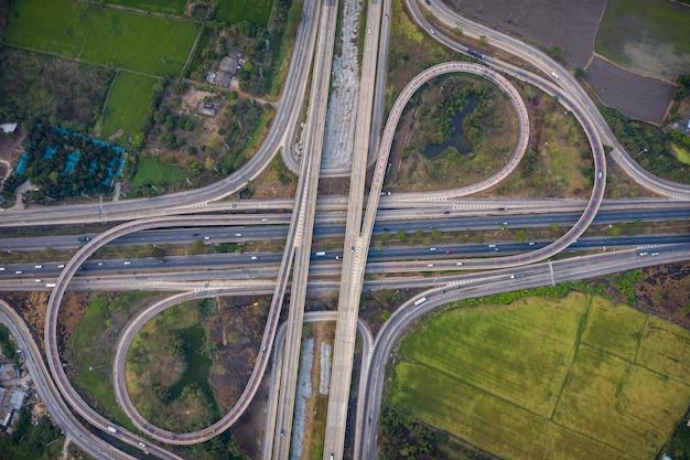 Vista aérea de los pasos elevados de la autopista y del cruce de autopistas que se conectan