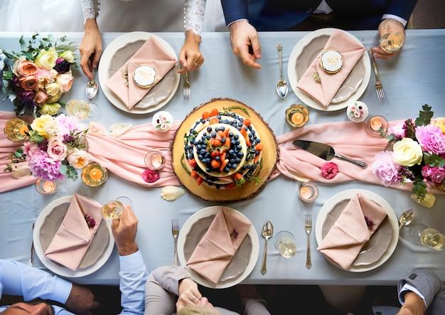 Vista aérea de pastel de boda con sabor a fruta en la mesa de recepción de boda