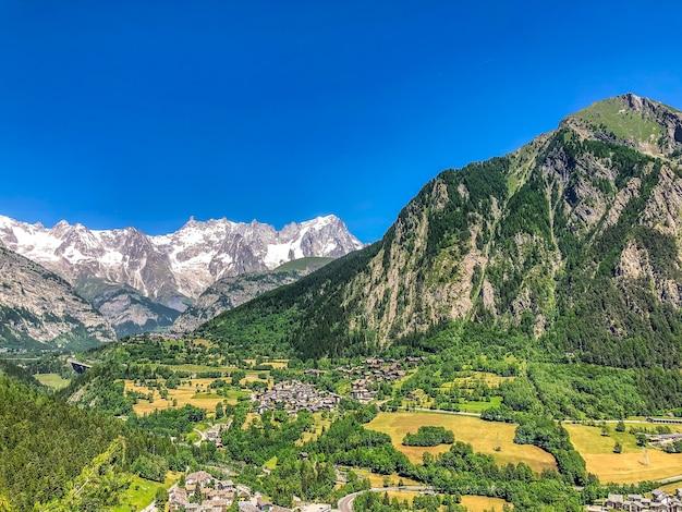 Vista aérea del pequeño pueblo rodeado de hermosas escenas de la naturaleza en suiza